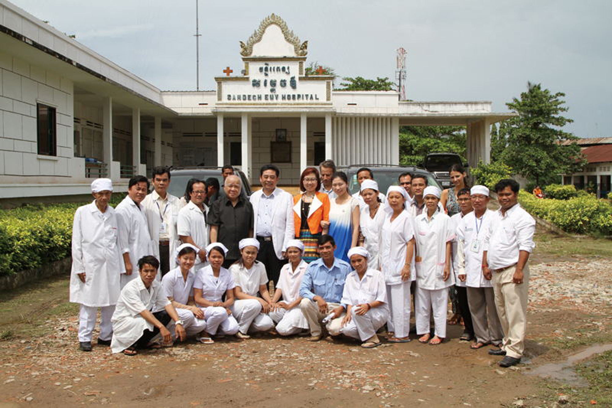 2013, Mr. Junqing Lu and his family visited Cambodia to offer their condolences and make donations to local hospitals